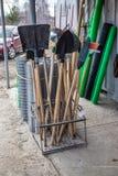 La vente des outils de jardin, près des matériaux de construction font des emplettes photographie stock libre de droits