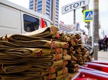 La vente des pilotes du ` s de soldat sur les rues de Voronezh en l'honneur de Victory Day Photos stock