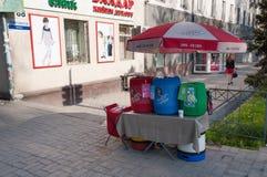 La vente du ressortissant boit sur la rue à Bichkek Image libre de droits