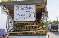 La vente du trurk d'ananas gare le bord de la route photo libre de droits