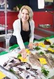 La vente femelle de substance de boutique a refroidi sur des poissons de glace dans le supermarché photos stock