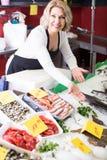 La vente femelle de substance de boutique a refroidi sur des poissons de glace dans le supermarché images libres de droits