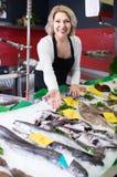 La vente femelle de substance de boutique a refroidi sur des poissons de glace dans le supermarché images stock