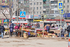 La vente fleurit sur les rues à la veille des femmes internationales Image stock