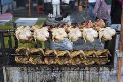 La vente grillée/a rôti le poulet au marché de produits frais photos stock