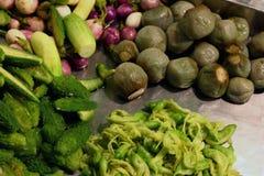 La verdura, accatasta molte verdure bollite nel mercato Tailandia di notte immagine stock libera da diritti