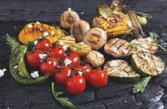 La verdura asó a la parrilla setas de las patatas del maíz de la paprika de la pimienta de los tomates Foto de archivo