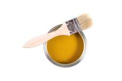 La vernice gialla può con la spazzola Fotografia Stock Libera da Diritti