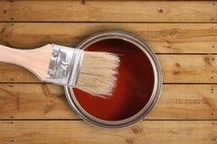 La vernice rossa può con la spazzola sul pavimento di legno Fotografia Stock Libera da Diritti