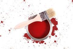 La vernice rossa può con le macchie di colore e della spazzola Immagine Stock