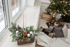 La versión acabada Taller de la decoración de la Navidad con sus propias manos La caja de madera de la Navidad con el abeto ramif Foto de archivo libre de regalías
