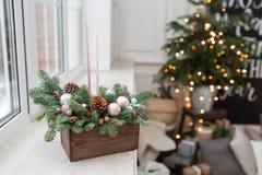 La versión acabada Taller de la decoración de la Navidad con sus propias manos La caja de madera de la Navidad con el abeto ramif Imagenes de archivo
