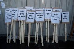 La versión parcial de programa del estudiante llena de carteles Edimburgo Escocia Reino Unido Foto de archivo libre de regalías