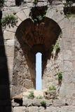 La vertical ronded ventanas medievales del castel fotos de archivo
