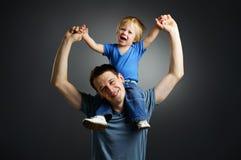 La verticale d'un petit garçon et de son père Photos stock