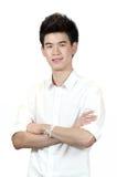 La verticale d'une position adolescente asiatique heureuse avec des bras a croisé d'isolement photographie stock libre de droits