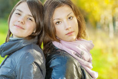 La verticale de deux jeunes femmes attirants Photo libre de droits