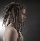 La verticale de jeune homme Type beau élégant avec des Dreadlocks Image libre de droits