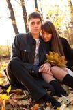 La verticale de jeunes couples dans l'amour en automne stationnent Images stock
