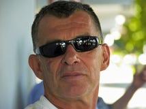 La verticale de l'homme avec des lunettes de soleil Images libres de droits