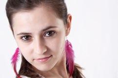 La verticale de la jeune femme attirante de brune images libres de droits