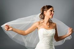 La verticale de la mariée romantique a couvert un voile Images libres de droits
