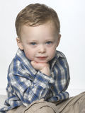 La verticale de petit garçon. photos stock