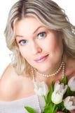 La verticale de plan rapproché de la femme blonde avec le tulipson est Photographie stock libre de droits