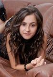 La verticale du femme assez jeune de brunette image libre de droits