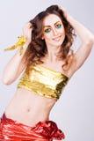 La verticale du modèle de sourire de femme de mode avec la beauté lumineuse effectuent Photographie stock