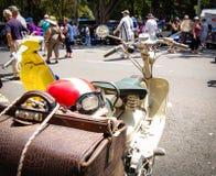 La vespa de la moto del vintage con el casco rojo en salones del automóvil clásicos el día de Australia Imagen de archivo libre de regalías