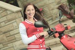 La vespa feliz del montar a caballo de la muchacha disfruta de vacaciones de verano Imagen de archivo