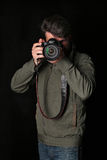La veste et les jeans d'inkhaki d'homme prend la photo Fin vers le haut Fond noir Image libre de droits