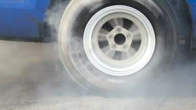 La vettura da corsa di resistenza brucia le gomme per la corsa archivi video