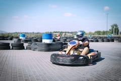 La vettura da corsa sulla pista nell'azione, il campionato, gli sport attivi, divertimento estremo, l'autista tiene le sue mani s fotografie stock libere da diritti