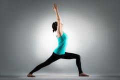 La vettura femminile di yoga di forma fisica passa fino all'allungamento Fotografia Stock