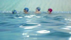 La vettura insegna ai bambini a nuotare nello stagno video d archivio