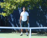 La vettura Patrick Mouratoglou sorveglia il campione Serena Williams del Grande Slam di sedici volte durante la pratica per l'US O Immagine Stock