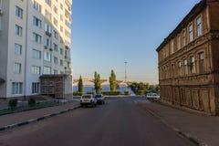 La via conduce alla sponda del fiume Vecchia e nuova città Fotografie Stock