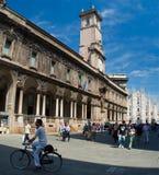 La via davanti alla cattedrale del duomo a Milano Immagini Stock Libere da Diritti