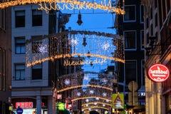 La via decorata con le luci di Natale nella sera, Amsterdam immagini stock