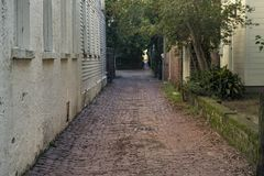 La via del mattone ha allineato il vicolo nel vecchio passaggio della città da parte a parte immagini stock libere da diritti