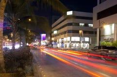 La via della Palestina in Jedda alla notte, con l'automobile accende il moto Fotografie Stock