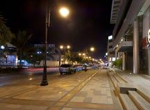 La via della Palestina in Jedda alla notte, con l'automobile accende il moto Immagini Stock Libere da Diritti
