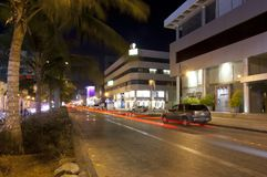 La via della Palestina in Jedda alla notte, con l'automobile accende il moto Immagini Stock