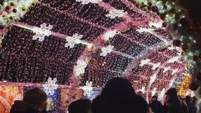 La via di Mosca è decorata con un arco di illuminazione e di luci per le feste di Natale e del nuovo anno I cittadini sono video d archivio