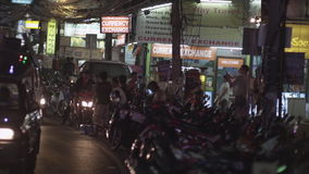 La via di notte notte della città in Maui, Tailandia, Cina ha acceso i segni cinesi & inglesi sulla via vicino a distante con tra video d archivio