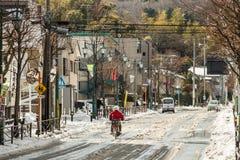 La via di Tokyo ha coperto in neve fotografia stock
