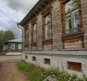 La via di una città russa provinciale casa privata dentro patriarchally, villaggio russo tradizionale Immagini Stock