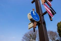 La via e la bicicletta del passaggio pedonale blu firmano dentro la provincia di Hyogo immagine stock